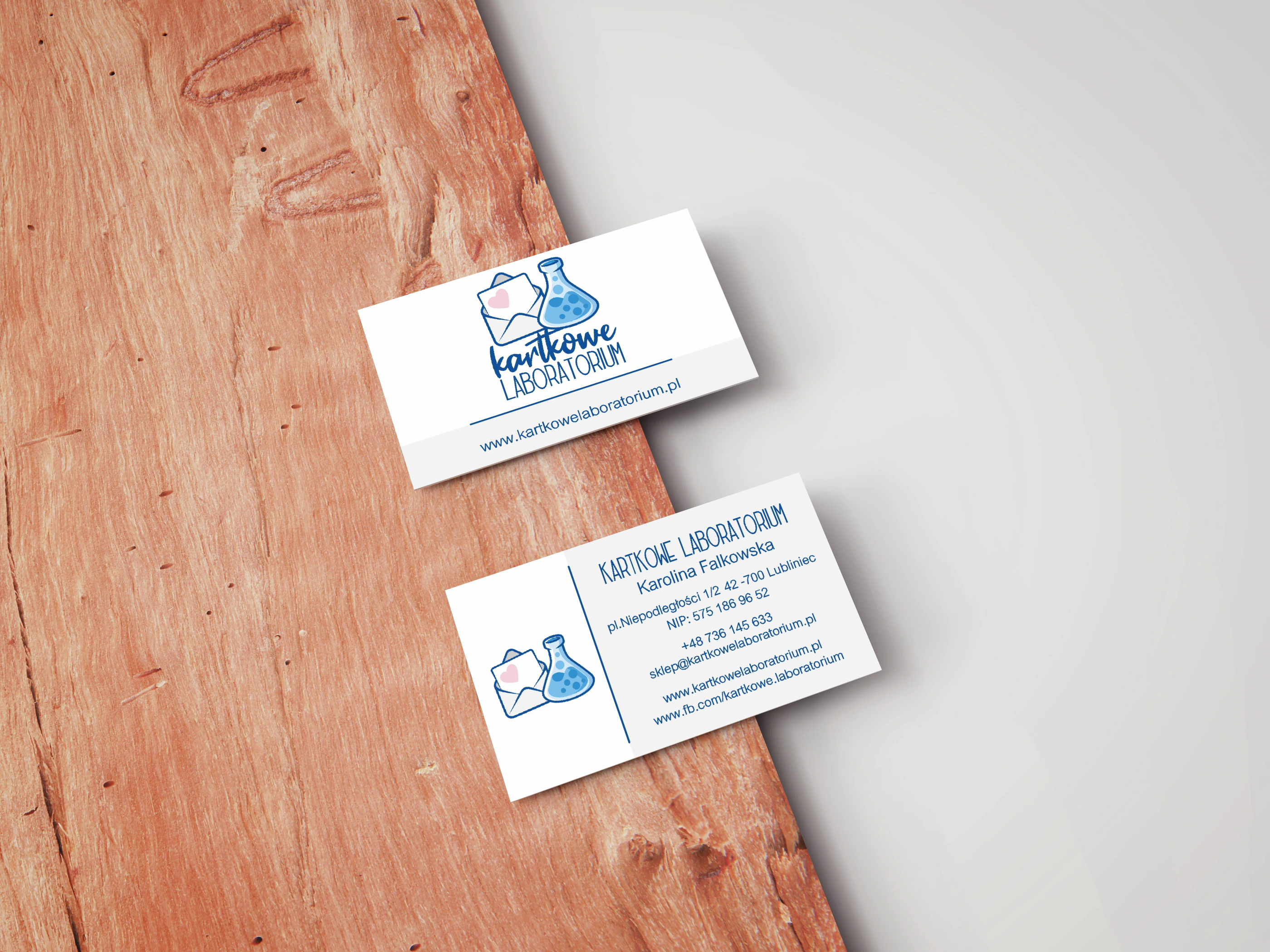 portfolio/000/133100/business-card-mockup-on-wooden-board.png